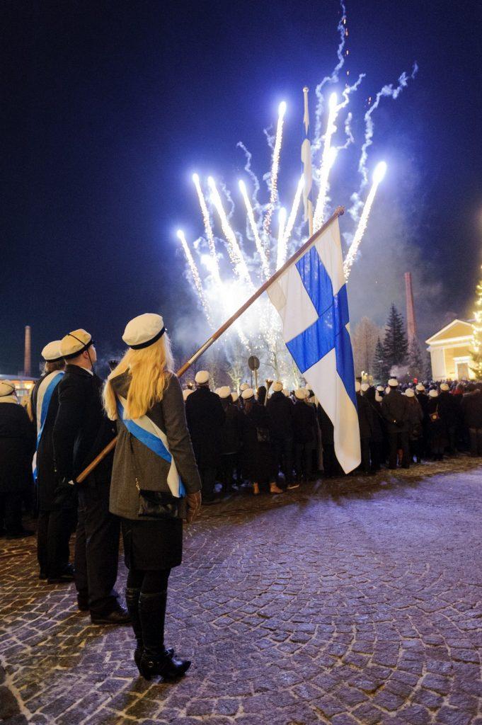 Kuva lipunkantajasta ja airueista itsenäisyyspäivän soihtukulkueessa