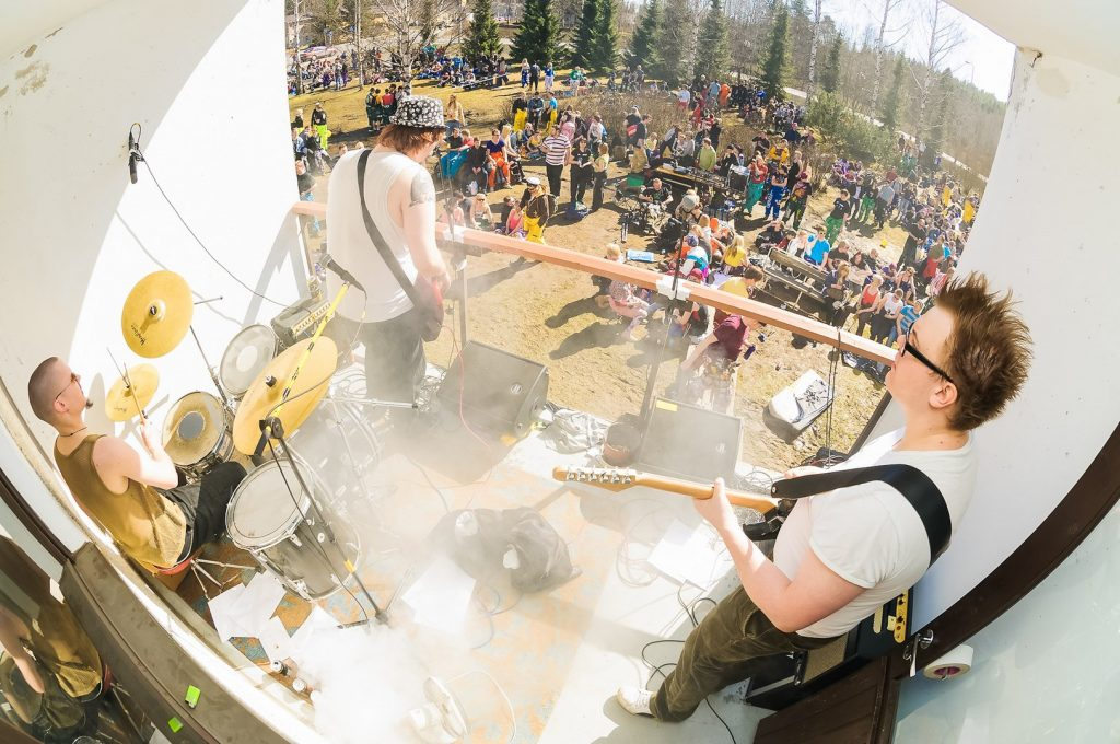 Tupsulalaisia soittamassa ulkoilmakonsertissa