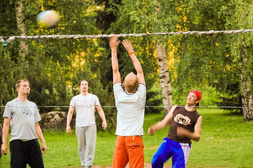 Tupsulalaiset pelaavat lentopalloa